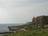 Macari: l'Isulidda - Sul promontorio roccioso una torre di avvistamento - 25 aprile 2006   - San vito lo capo (2211 clic)