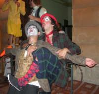 I edizione Per le antiche scale - Dinanzi all'Arena delle Rose, il gruppo di artisti di strada TANTO DI CAPPELLO invita simpaticamente la gente ad entrare per assistere allo spettacolo - 16 settembre 2007    - Castellammare del golfo (827 clic)