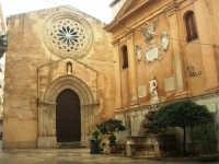 Chiesa di S. Agostino, ornata da uno splendido rosone e dal portale gotico - Fontana di Saturno - 8 febbraio 2009  - Trapani (6957 clic)