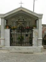per le vie del paese - una piccola cappella dedicata alla Madonna - 17 aprile 2006  - Piana degli albanesi (1539 clic)