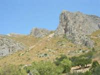 Macari: sul pendio della montagna è visibile la scia lasciata da una funesta frana - 8 agosto 2008   - San vito lo capo (823 clic)