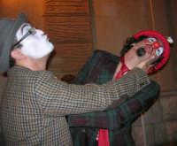 I edizione Per le antiche scale - Dinanzi all'Arena delle Rose, il gruppo di artisti di strada TANTO DI CAPPELLO invita simpaticamente la gente ad entrare per assistere allo spettacolo - 16 settembre 2007     - Castellammare del golfo (825 clic)