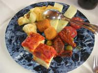 antipasto: fondute al formaggio, bocconcini di radicchio in pastella, panelle, salumi, formaggio, pomodori secchi, olive, bocconcini di pizza - 1 maggio 2009  - Erice (4909 clic)