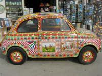 FIAT 500 decorata - 16 aprile 2006  - Marinella di selinunte (4760 clic)