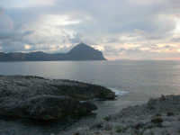 Macari - l'Isulidda e golfo del Cofano - all'orizzonte le Isole Egadi - 19 aprile 2009  - San vito lo capo (1791 clic)