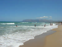 mare agitato: bellissimo giocare con le onde! - 31 luglio 2007  - Alcamo marina (883 clic)