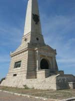 sul colle Pianto Romano, monumento - ossario (alto circa 30 metri) dedicato ai caduti garibaldini nella battaglia contro i Borbonici vinta da Garibaldi durante l'avanzata dei Mille verso la Capitale (15 maggio 1860)- 4 ottobre 2007    - Calatafimi segesta (966 clic)