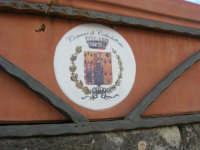 Piazza Fontana: lo stemma del Comune di Caltabellotta su di un vaso da fiori - 9 novembre 2008  - Sant'anna di caltabellotta (3786 clic)