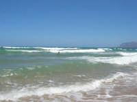 mare agitato: bellissimo giocare con le onde! - 31 luglio 2007  - Alcamo marina (842 clic)