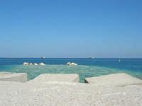 lavori in corso al porto e navi ormeggiate al largo - 2 ottobre 2007  - Castellammare del golfo (774 clic)