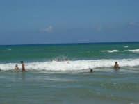 mare agitato: bellissimo giocare con le onde! - 31 luglio 2007  - Alcamo marina (838 clic)
