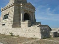 sul colle Pianto Romano, monumento - ossario (alto circa 30 metri) dedicato ai caduti garibaldini nella battaglia contro i Borbonici vinta da Garibaldi durante l'avanzata dei Mille verso la Capitale (15 maggio 1860)- 4 ottobre 2007    - Calatafimi segesta (819 clic)