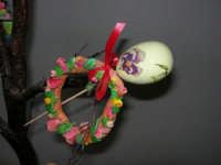 Istituto Comprensivo Pascoli - Aspettando Pasqua, uova decorate crescono sugli alberi! (particolare) - 7 aprile 2006   - Castellammare del golfo (1319 clic)
