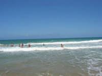 mare agitato: bellissimo giocare con le onde! - 31 luglio 2007  - Alcamo marina (811 clic)