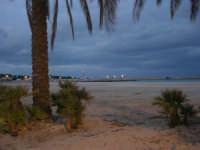 la spiaggia, guardando verso il faro - 18 gennaio 2009   - San vito lo capo (2560 clic)