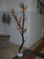 Istituto Comprensivo Pascoli - Aspettando Pasqua, uova decorate crescono sugli alberi! - 7 aprile 2006   - Castellammare del golfo (980 clic)