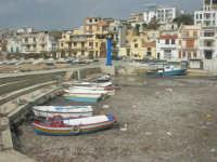 il paese visto dal porto - barche intrappolate dalle alghe - 1 marzo 2009  - Marinella di selinunte (7086 clic)