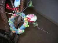 Istituto Comprensivo Pascoli - Aspettando Pasqua, uova decorate crescono sugli alberi! (particolare)- 7 aprile 2006    - Castellammare del golfo (971 clic)