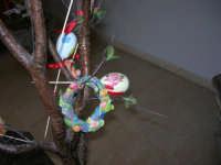 Istituto Comprensivo Pascoli - Aspettando Pasqua, uova decorate crescono sugli alberi! (particolare)- 7 aprile 2006     - Castellammare del golfo (970 clic)