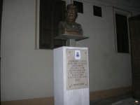 visita al centro storico - monumento al filosofo Giovanni Gentile in Piazza Carlo d'Aragona e Tagliavia - 9 dicembre 2007  - Castelvetrano (789 clic)