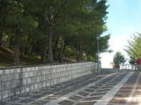 la strada acciottolata che porta al Castello Eufemio sulla rupe - 4 ottobre 2007  - Calatafimi segesta (795 clic)