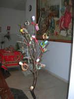 Istituto Comprensivo Pascoli - Aspettando Pasqua, uova decorate crescono sugli alberi! - 7 aprile 2006   - Castellammare del golfo (1106 clic)