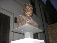 visita al centro storico - monumento al filosofo Giovanni Gentile in Piazza Carlo d'Aragona e Tagliavia - 9 dicembre 2007  - Castelvetrano (846 clic)