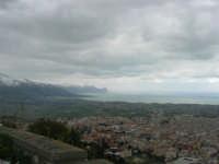 panorama dal monte Bonifato: Alcamo, il golfo di Castellammare e le montagne innevate lato ovest - 15 febbraio 2009   - Alcamo (2202 clic)