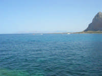 mare stupendo oltre il porto, sulla strada che porta al faro - Monte Monaco - 23 agosto 2008  - San vito lo capo (498 clic)