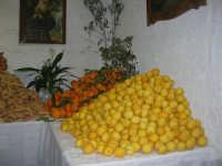 Gli altari di San Giuseppe - limoni, arance e pane da offrire ai visitatori - 18 marzo 2009  - Balestrate (3759 clic)