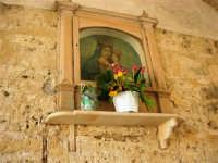 edicola votiva dedicata alla Madonna sotto l'arco di via Leonardo Pipitone Cangelosi - 13 maggio 2007  - Alcamo (999 clic)