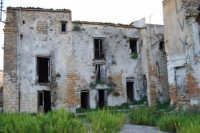 ruderi del paese distrutto dal terremoto del gennaio 1968 - 2 ottobre 2007   - Poggioreale (721 clic)