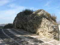 la strada acciottolata che porta al Castello Eufemio sulla rupe - 4 ottobre 2007  - Calatafimi segesta (851 clic)
