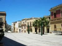 piazza Ciullo ed edifici che si affacciano su piazza Mercato - 13 maggio 2007  - Alcamo (1060 clic)