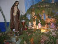 Il grande presepio allestito dalle monache del Monastero di Santa Chiara - Chiesa dei SS. Cosma e Damiano - particolare: la statua di Santa Chiara e la Natività - 10 gennaio 2009   - Alcamo (3952 clic)