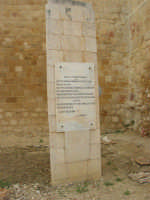 dinanzi al Castello arabo normanno, la lapide che ricorda il decreto di Giuseppe Garibaldi che assume la dittatura in Sicilia, in nome di Vittorio Emanuele Re d'Italia, il 14 maggio 1860 - 11 ottobre 2007  - Salemi (2237 clic)