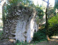 Bosco d'Alcamo - Riserva Naturale Orientata - sul monte Bonifato: La Funtanazza, grande serbatoio pubblico di età medievale - 8 dicembre 2006  - Alcamo (2805 clic)