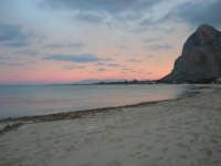 la spiaggia ed il mare all'imbrunire, mentre il cielo si tinge di rosa - 27 gennaio 2008  - San vito lo capo (1114 clic)