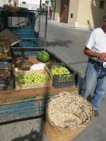 cesto con babbaluci (lumache) e, sul furgoncino, pirazzoli (piccole pere), melone (cocomero), limoni ed altro; da notare l'antica stadera - 21 luglio 2007    - Castellammare del golfo (2622 clic)