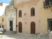 Piazza Mercato: la sede della Sezione di Alcamo dell'Associazione Nazionale tra Mutilati e Invalidi di Guerra e la Chiesa dell'Ecce Homo - 24 maggio 2007  - Alcamo (1632 clic)
