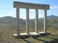 sul colle Pianto Romano, la stele poggiata su quattro colonne recante la scritta: Qui si fa l'Italia o si muore - 4 ottobre 2007     - Calatafimi segesta (1006 clic)