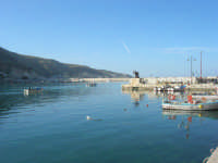 al porto: escono le barche dei pescatori - 3 marzo 2008  - Castellammare del golfo (568 clic)