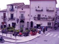 Piazza Carusci, monumento ai caduti  - Piana degli albanesi (6193 clic)