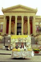 grattatella siciliana, sullo sfondo il teatro Massimo PALERMO Cusenza Sara