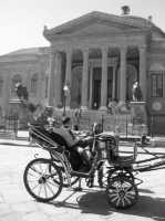 Gnuri con la tipica carrozzina davanti al Teatro Massimo PALERMO Cusenza Sara