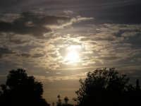 un gioco di colori tra sole e nuvole  - Guarrato (3736 clic)