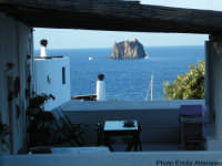 Tipica terrazza eoliana a Stromboli: sullo sfondo lo Strombolicchio  - Stromboli (6788 clic)