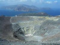 Cratere: sullo sfondo Vulcanello e Lipari  - Vulcano (7491 clic)