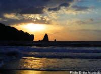 Lo Scoglio Faraglione alla Baia di Porto Ponente  - Vulcano (6851 clic)