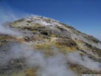Emissioni di vapori sulfurei dal terreno  - Etna (2429 clic)
